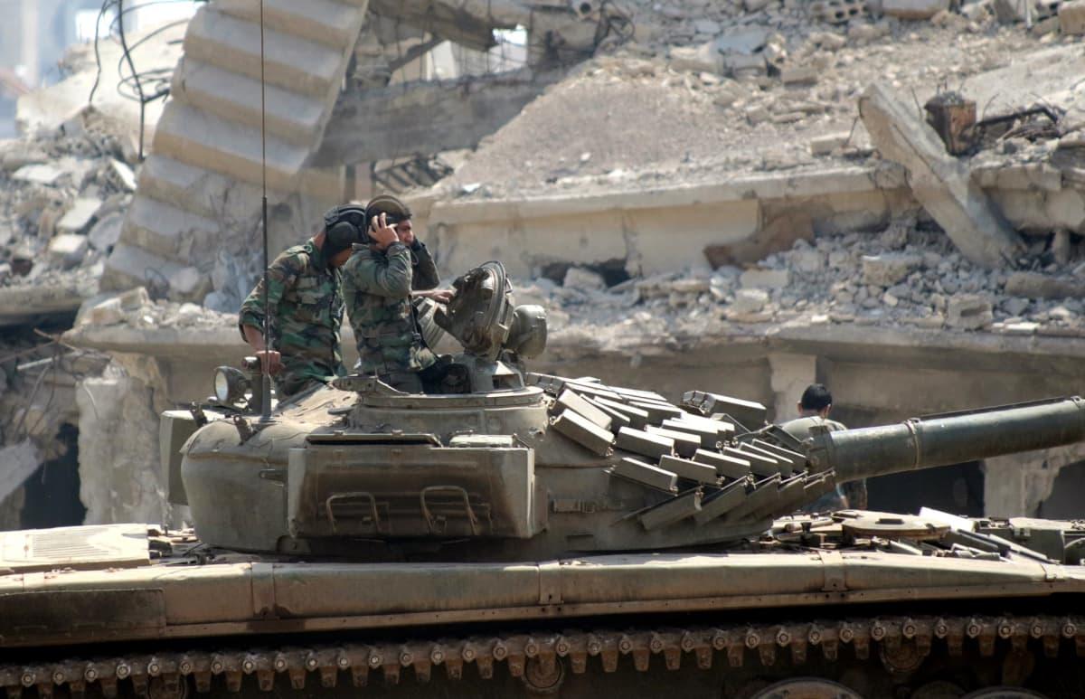 Syyrian armeijan panssarivaunu Isis-terrorijärjestöltä vallatussa al-Jouran kaupunginosassa Damaskoksessa.