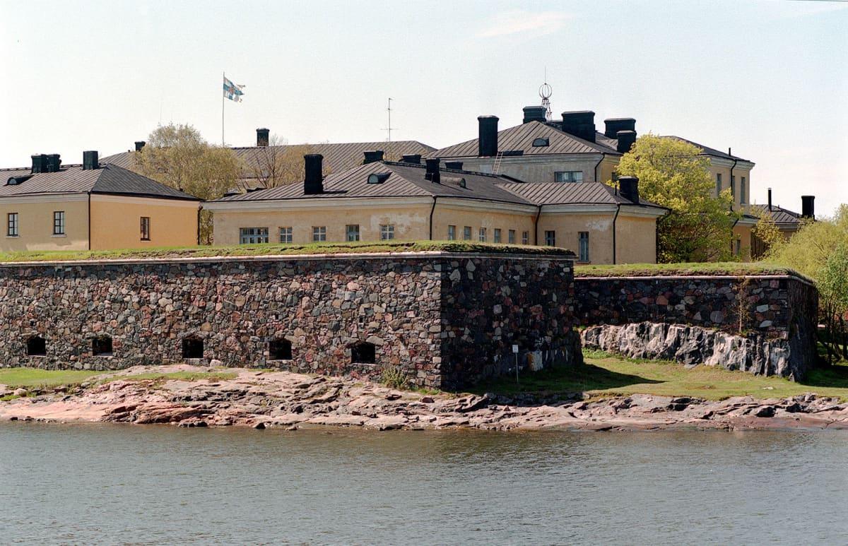Merisotakoulu Suomenlinnassa.