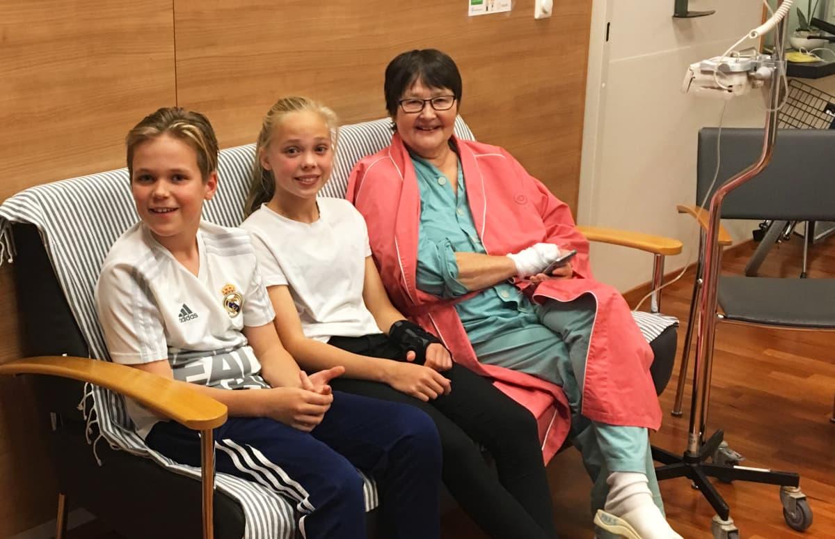 Ulla-Marja Lehtosen lapsenlapset kävivät tervehtimässä mummaa sairaalassa.