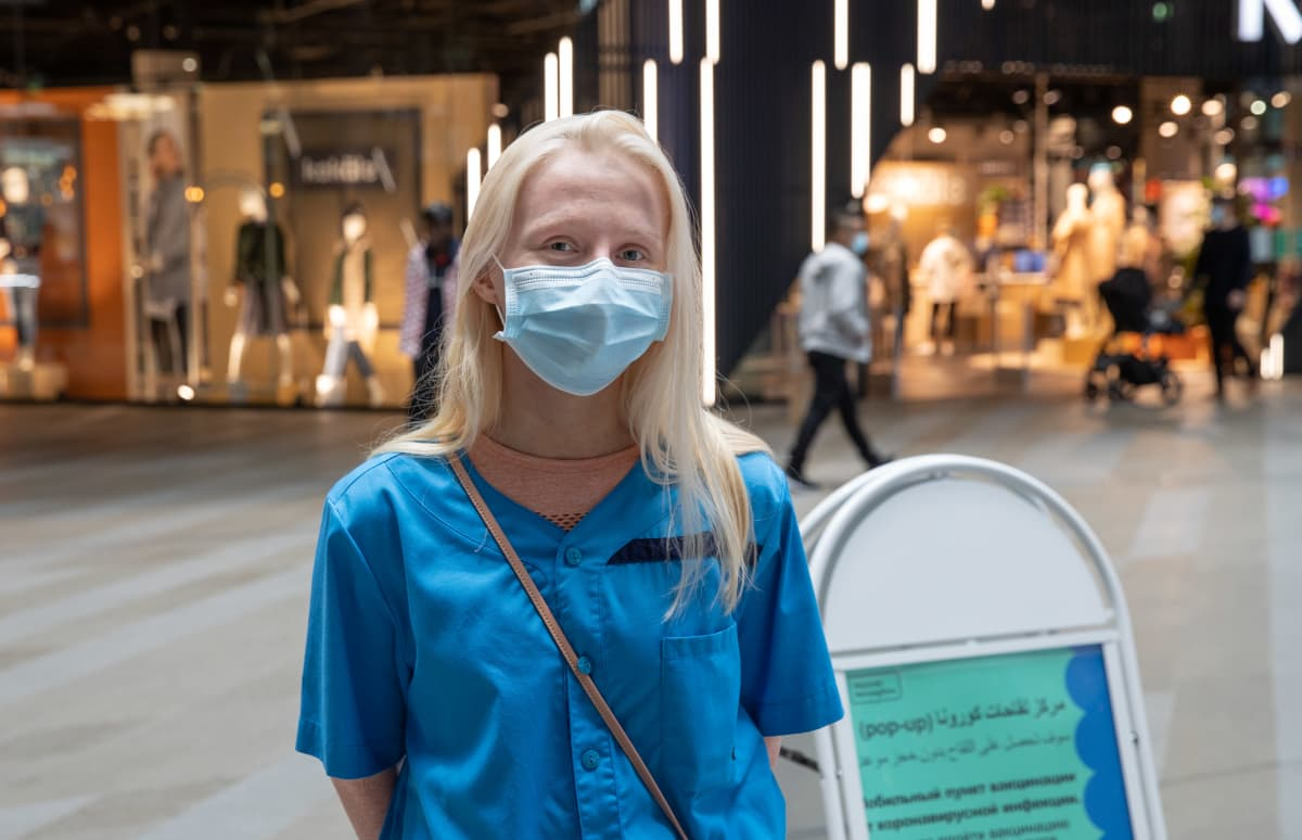 Husin työntekijä Elina Piippo koronarokotuspisteessä Triplan kauppakeskuksessa.