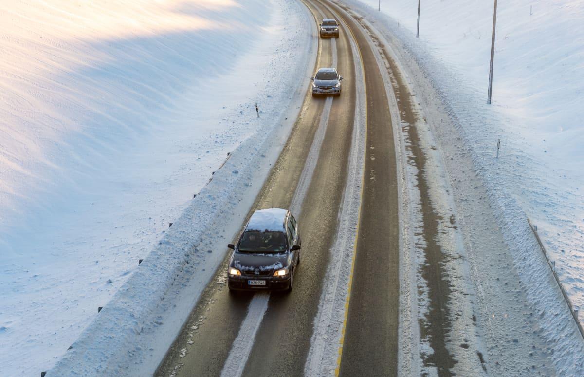Autoja talvisella maantiellä.