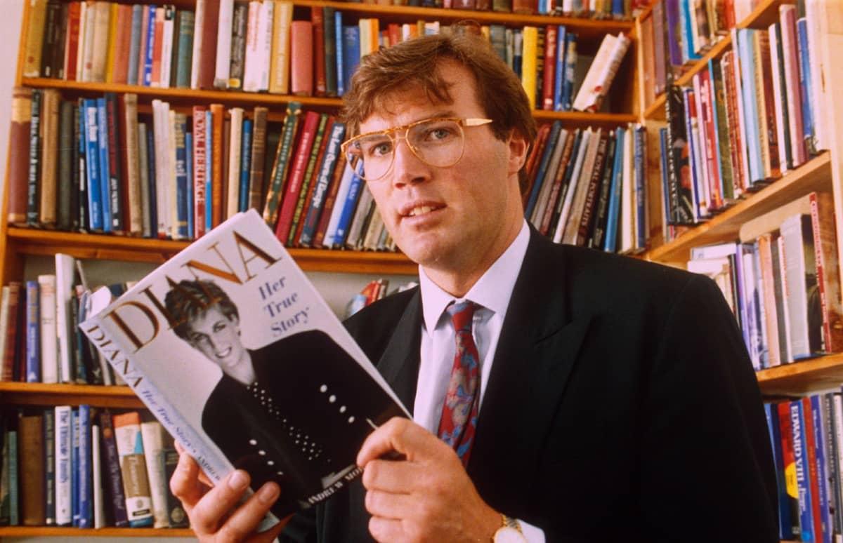 Andrew Morton kädessään Diana-kirja.
