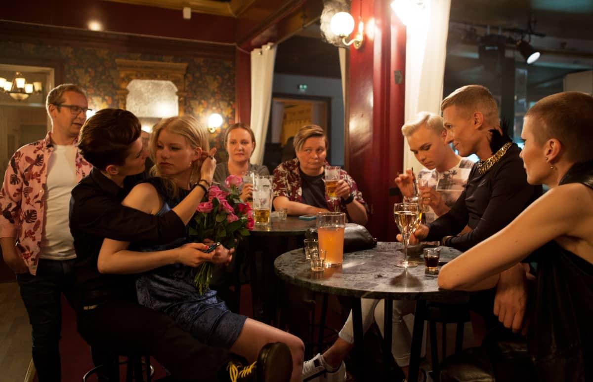 PIki ja Jonna juhlimassa ravintola Kaisaniemessä