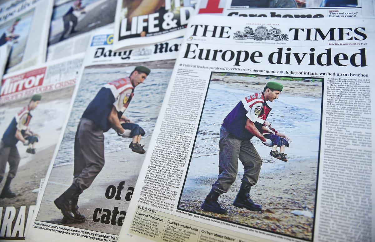 Lehtien etusivuja Alan Kurdin kuolemasta