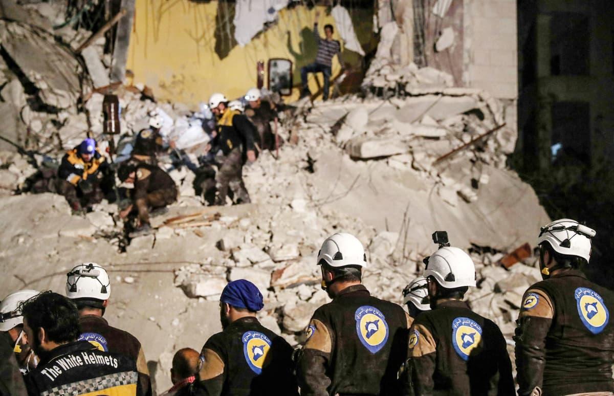 Valkoisiin kypäriin kuuluvia vapaaehtoisia Idlibin kaupungissa Syyriassa
