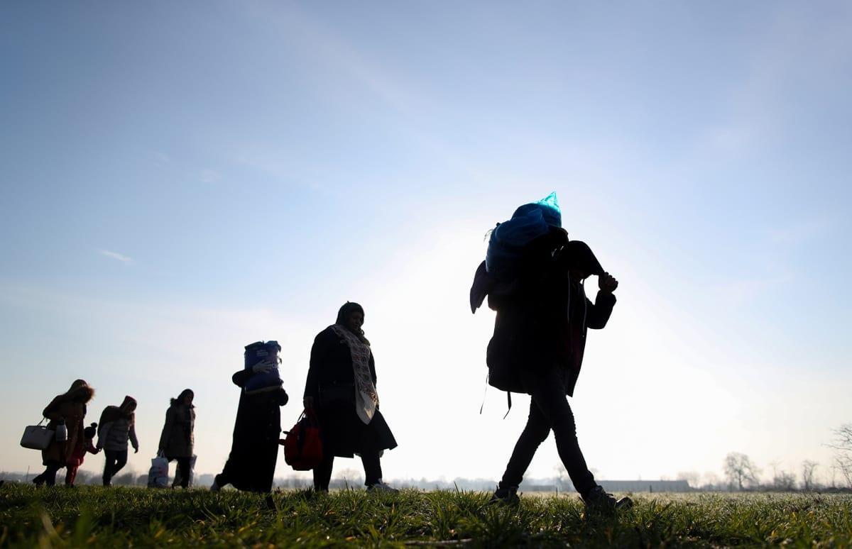 Pakolaiset kävelevät pitkin rajaa ja yrittävät päästä Kreikkaan Euroopan puolelle 1. maaliskuuta.