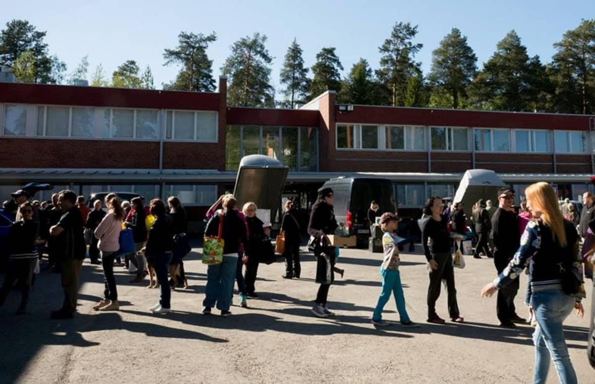 Ihmisiä Oulun REKO-lähiruokaryhmän tilaisuudessa, jossa tuottajat myivät ruokaa suoraan kuluttajille.