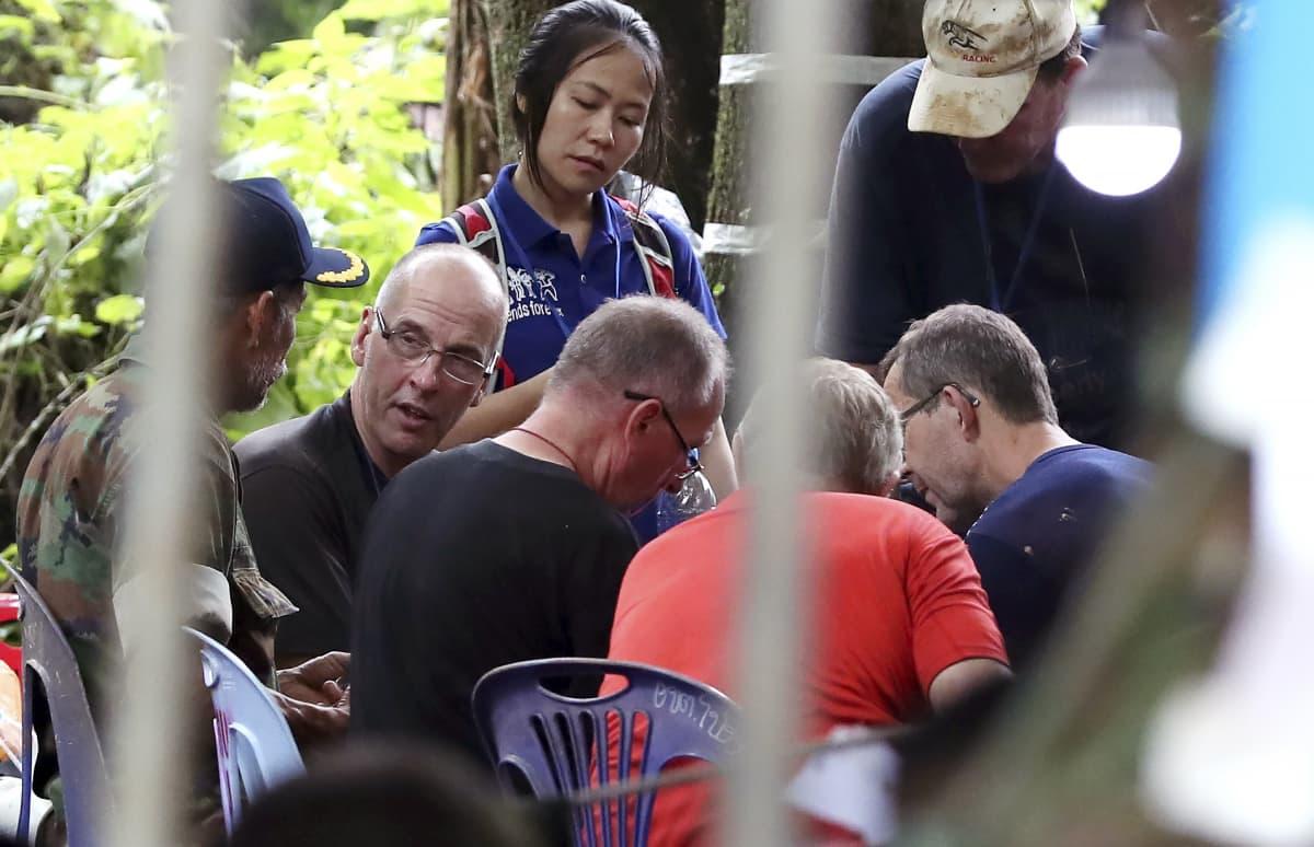 Englantilaiset luolasukeltajat  Richard William Stanton,  Robert Charlie Harper ja John Volamthen pohtivat pelastusoperaatiota.
