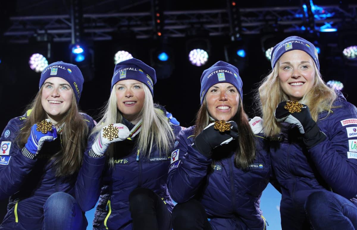 Ebba Andersson, Frida Karlsson, Charlotte Kalla ja Stina Nilsson voittivat viestin MM-kultaa Seefeldissä 2019. Nelikosta jokaisella on myös vähintään yksi henkilökohtainen juniorien maailmanmestaruus.