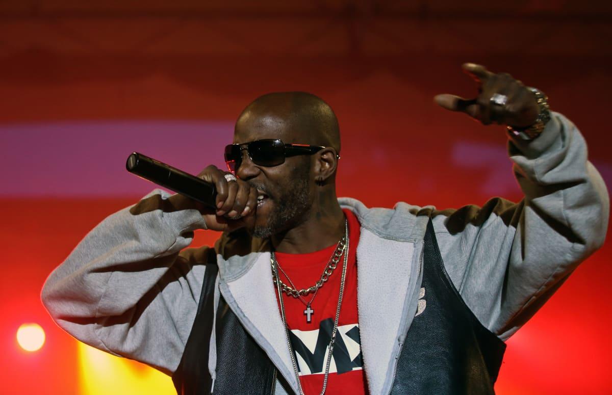 Rap-artisti DMX esiintymässä mikki kädessä.