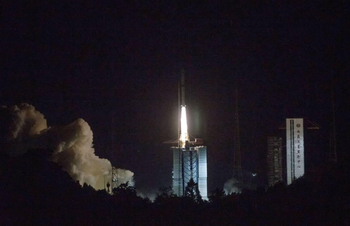 Avaruusraketti vie avaruuteen satellitin, joka luotaa kuun pimeää puolta.