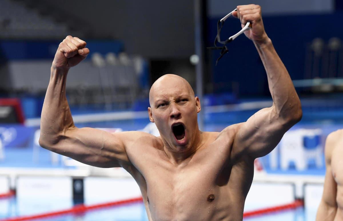 Matti Mattsson tuulettaa uimalasit kädessä uima-altaan edessä