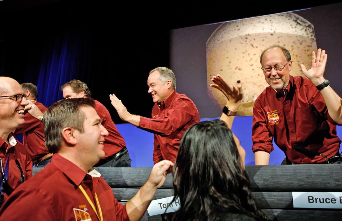 """Kun Nasan InSight-luotain pääsi onnistuneesti Marsiin, Nasan komentokeskuksessa heitettiin """"ylävitosia""""."""