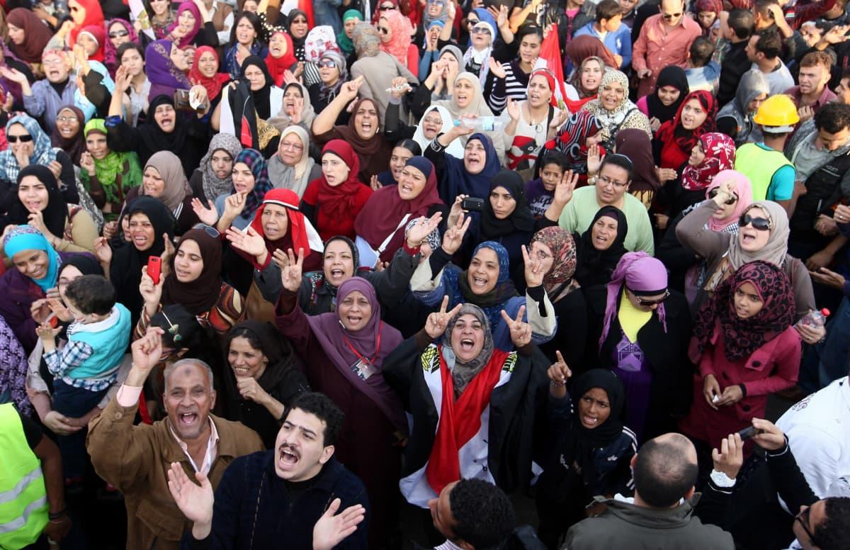 Egyptiläiset osoittivat mieltään Tahririn aukiolla Kairossa marraskuussa 2012.