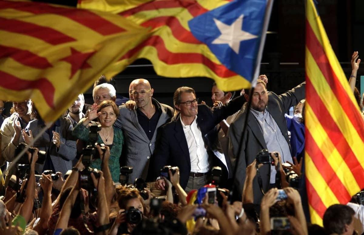 Katalonian itsenäisyyttä tavoitteleva Junts pel Sí -liittouma juhli Katalonian aluevaalien tulosta voittona. Itsenäisyysmieliset saivat paikkaenemmistön alueparlamenttiin.