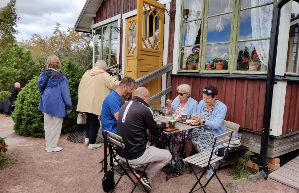 Suomalaisia matkailijoita kahvilassa Järsössä Ahvenanmaalla.
