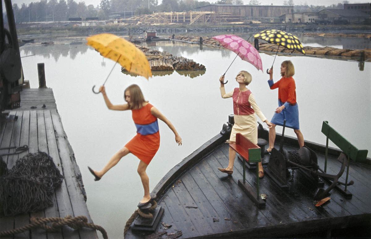 Marimekon värikkäät mallit sateenvarjoineen.