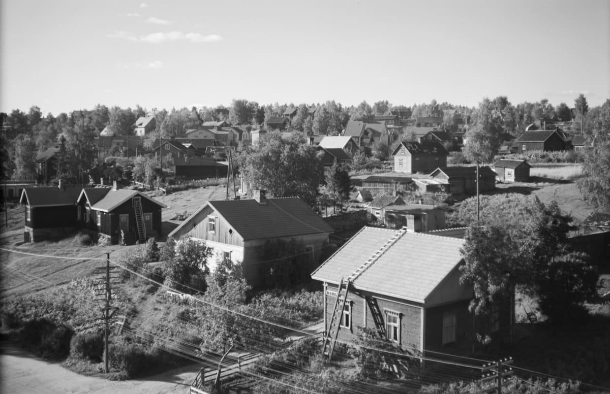 Mustavalkoinen kuva Voikkaalta. Vanhoja puutaloja 1940-luvulla