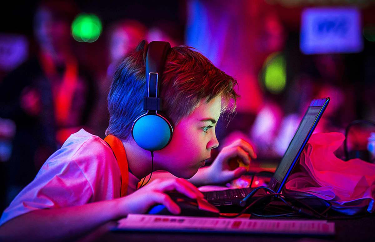 poika pelaa tietokonepeliä