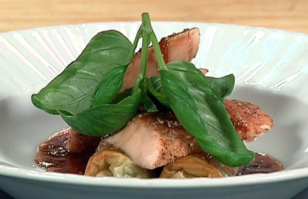 Lohta aasialaisittain ja soija-sesamvinegretteä