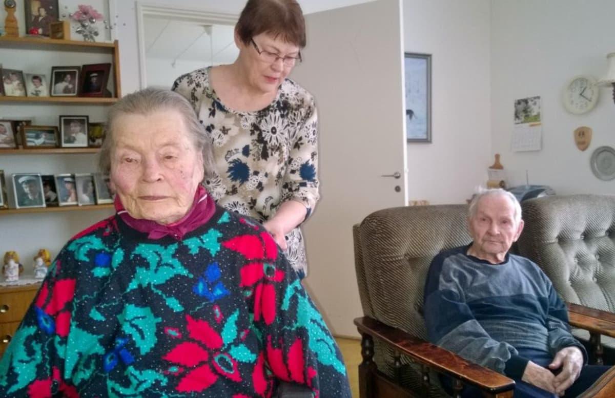 Omaishoitaja Sirkka Poussu ja äitinsä Anna Juntunen ja isä Eino Juntunen.
