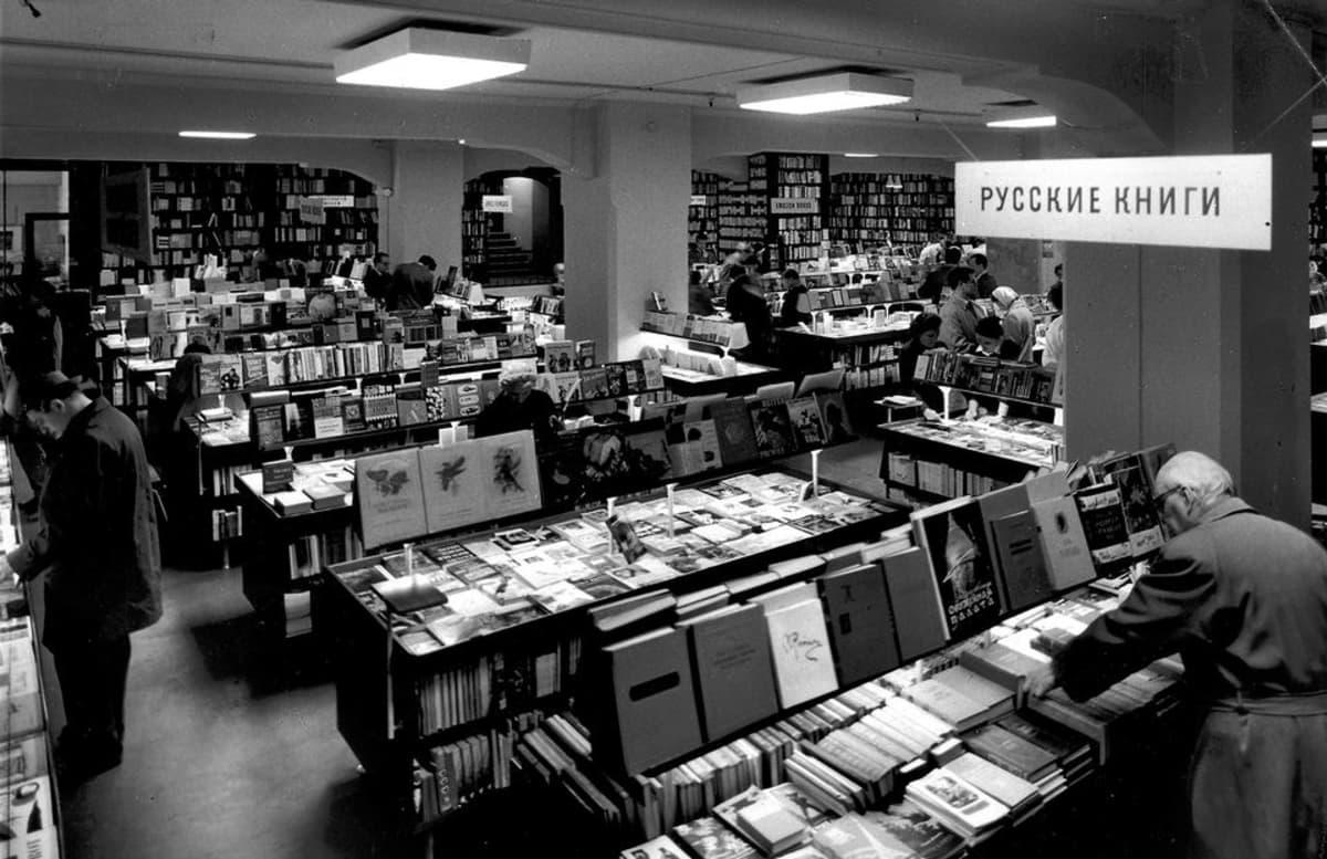 Asiakkaita Akateemisessa vuonna 1960, etualalla venäläistä kirjallisuutta.