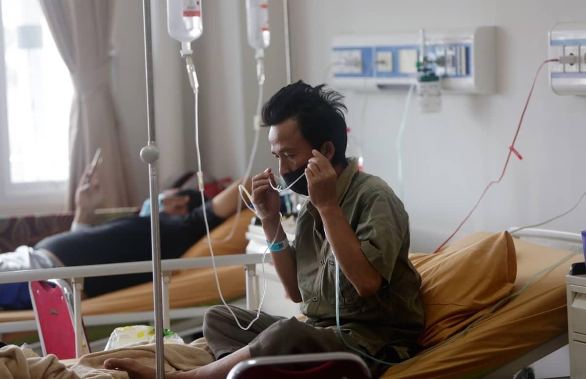 Potilaita sairaalasängyissä letkuissa.