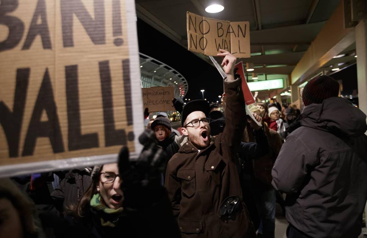 Ihmiset kokoontuvat John F. Kennedyn lentokentälle vastustamaan presidentti Donald Trumpin toimia 28. tammikuu 2017.