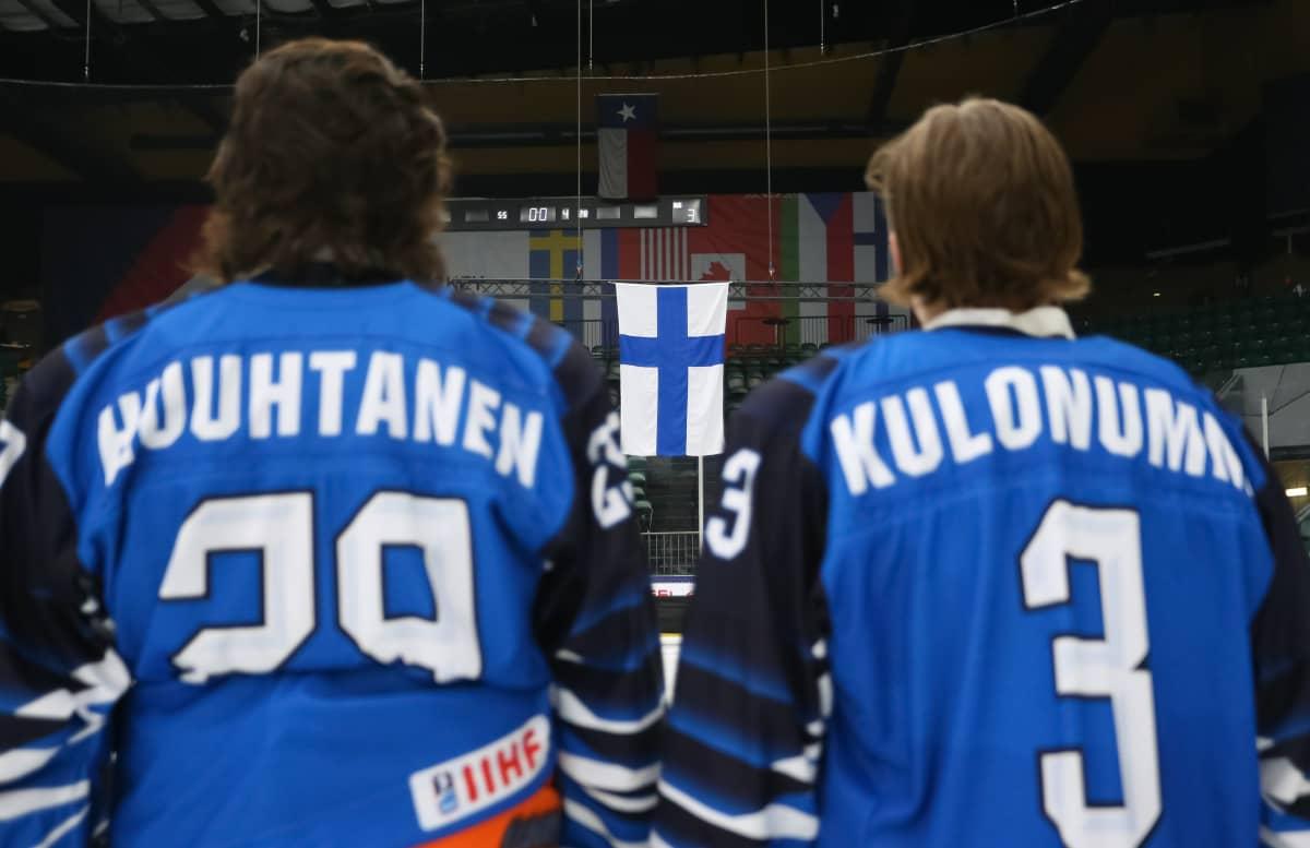 Niko Huuhtanen ja Kasper Kulonummi seisovat vierekkäin jäällä.