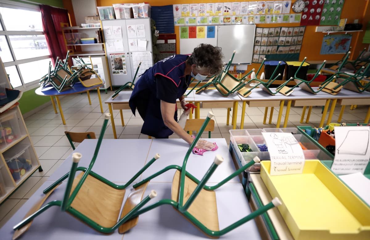 Työntekijä siivoaa koululuokkaa Montepellierissä Etelä-Ranskassa 6. toukokuuta. Ranska purkaa koronaviruksen takia asetettuja rajoituksia asteittain 11. toukokuuta alkaen.