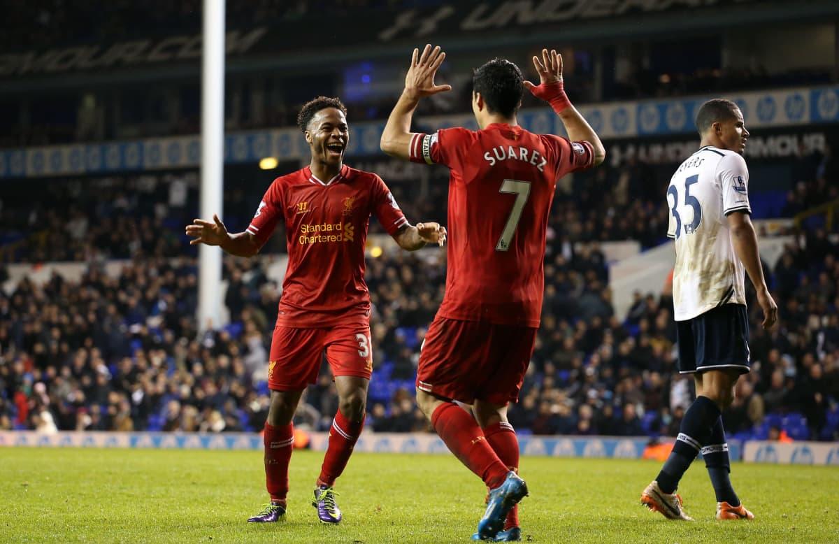 Liverpoolin Raheem Sterling ja Luis Suarez juhlimassa maalia.