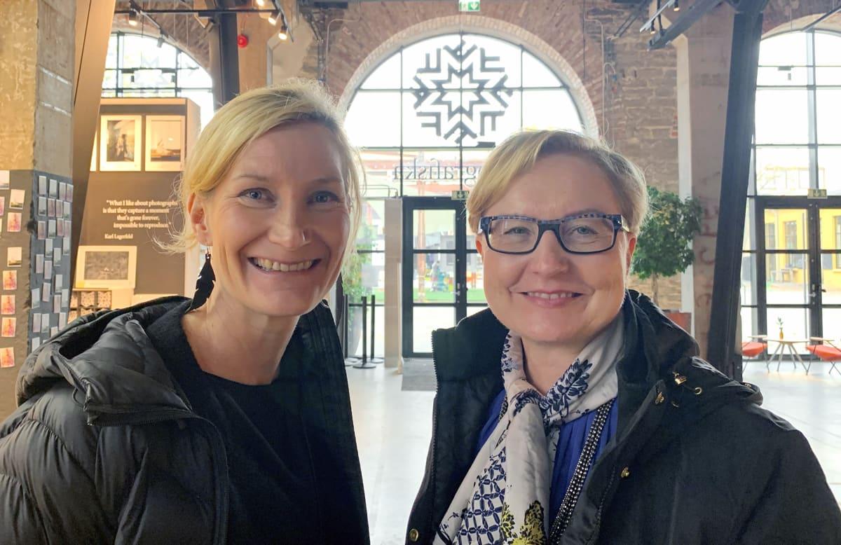 Elina Holmas ja Kirsi Pohjolainen Tallinnan Fotografiska-museossa
