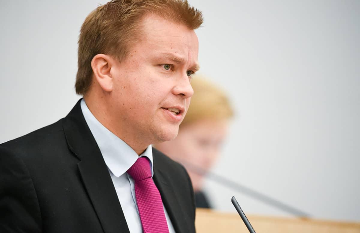 Antti Kaikkonen eduskunnan täysistunnossa perjantaina.