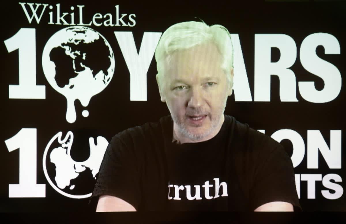 Vaaleahiuksinen mies mustassa t-paidassa, jossa lukee englanniksi totuus. Taustalla teksti Wikileaks 10 years.