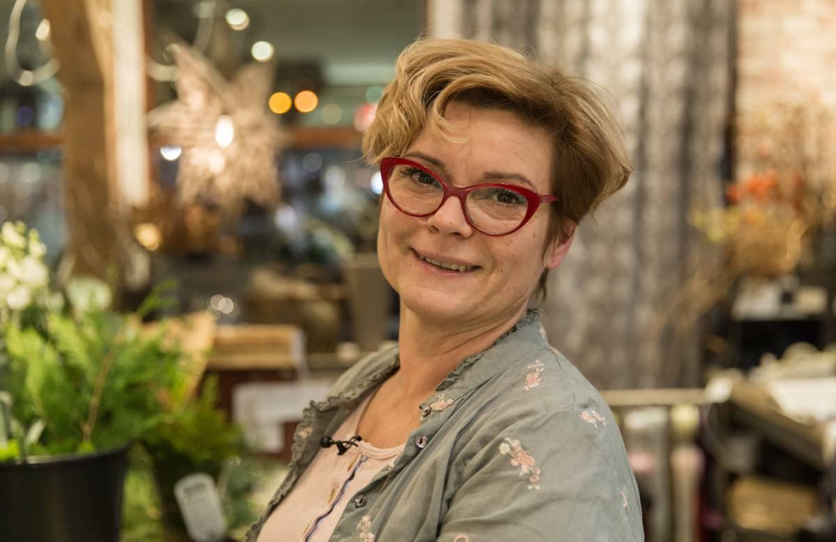 Heidi Saarinen jatkaa työtään kukkien parissa.