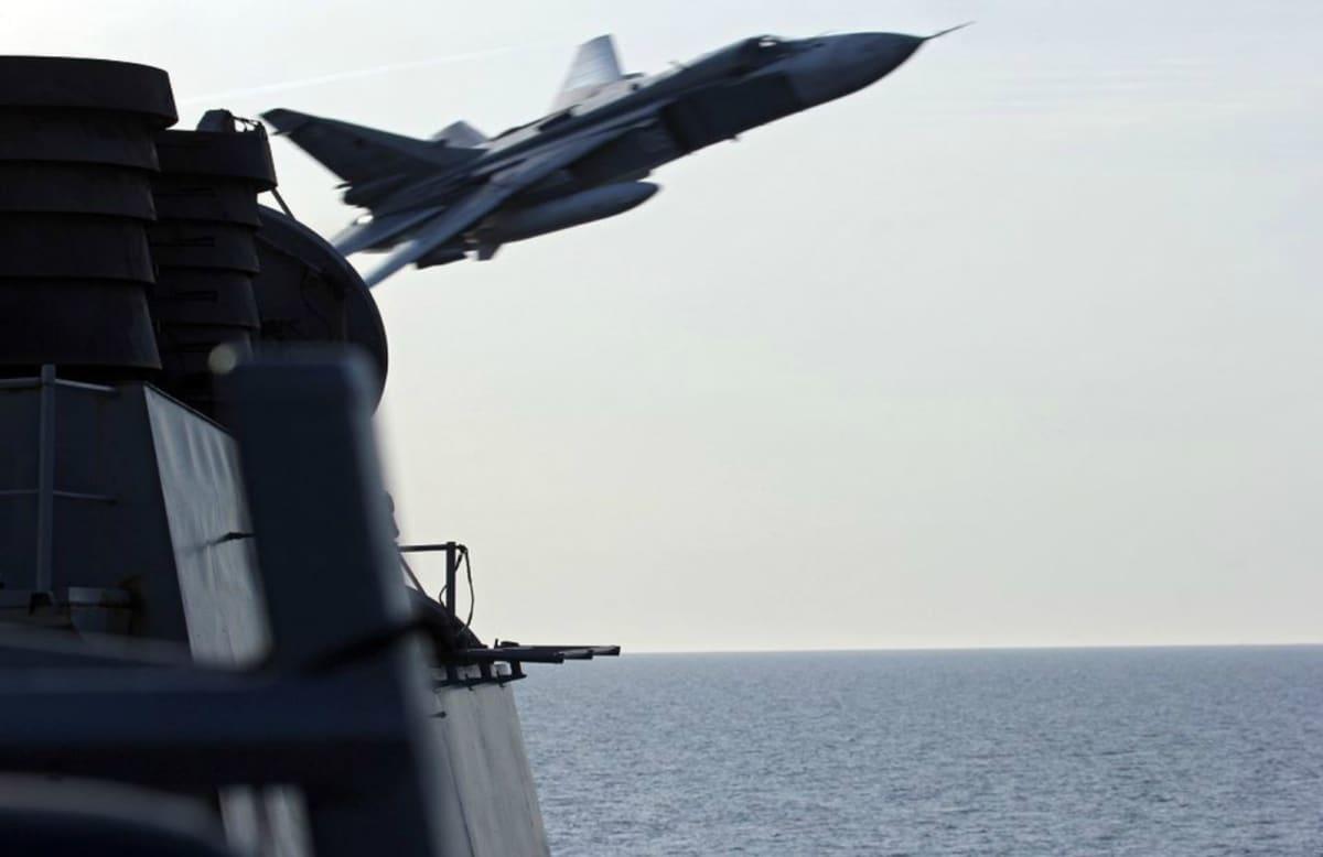 Ett ryskt militärplan flög nära ett amerikanskt krigsfartyg på Östersjön i april.