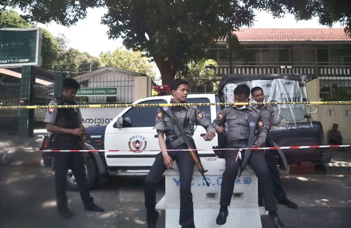 Poliiseja vartioimassa yläkoulun edustalla Yangonissa.