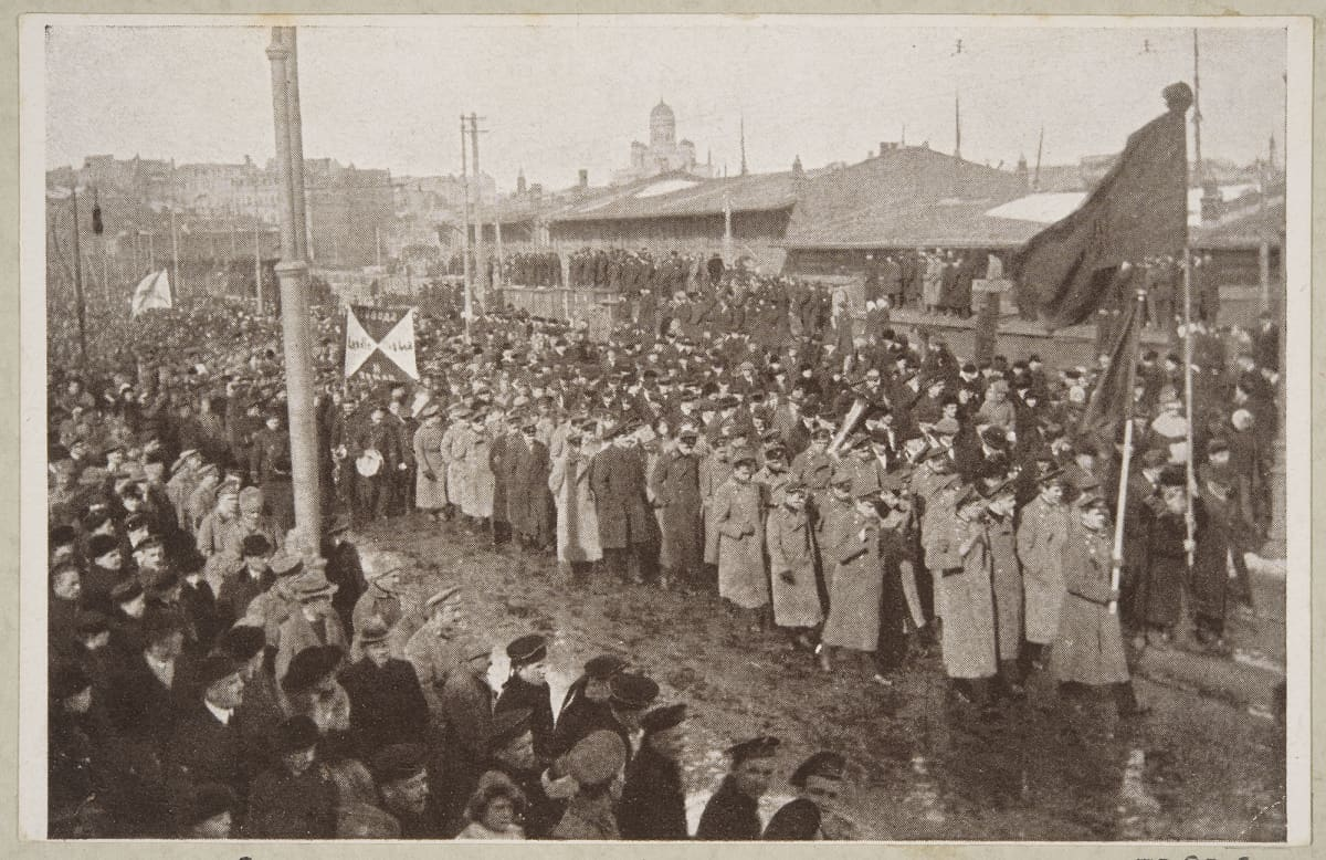 Sotilaat ja työväki saattavat vallankumouksen uhria hautaan Helsingissä.
