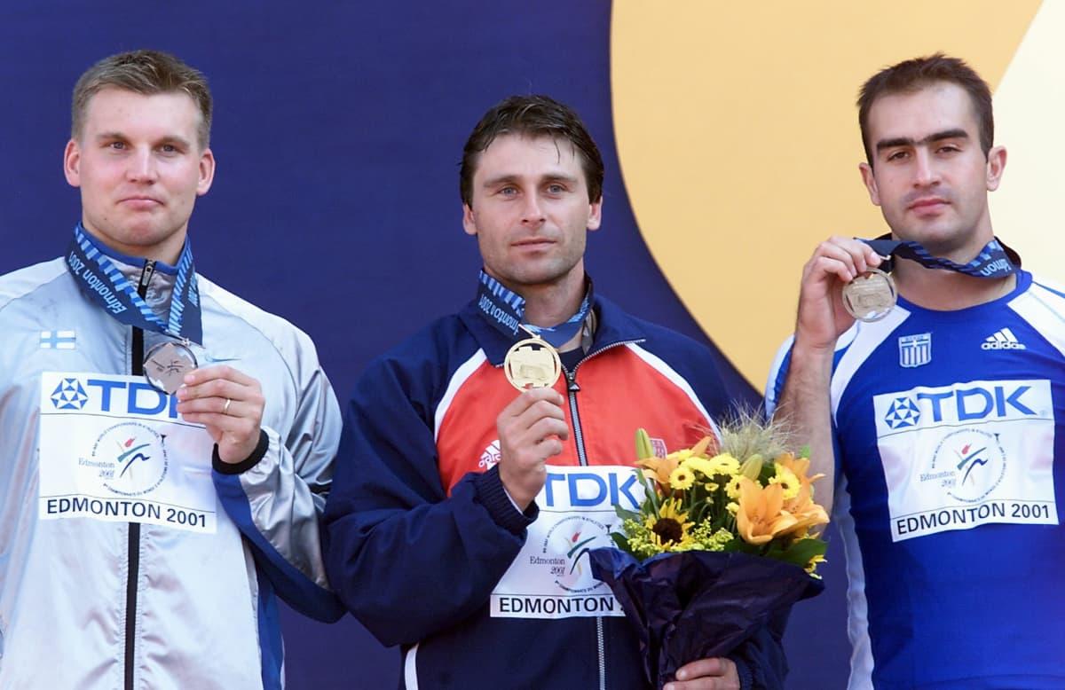 Iloiset keihäsmiehet Aki Parviainen, Jan Zelezny ja Kostas Gatsioudis palkintokorokkeella Edmontonin MM-finaalin jälkeen.