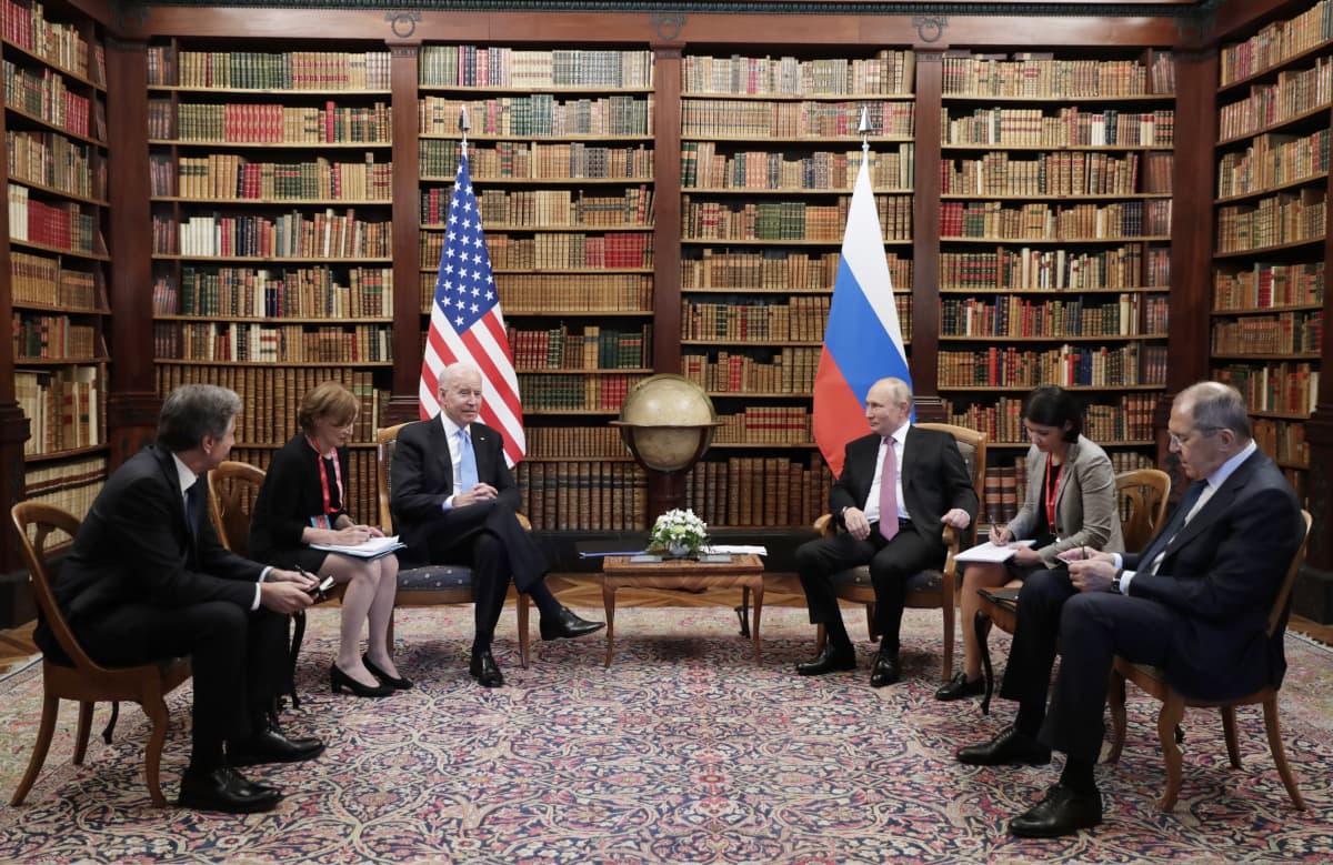 Presidentit Joe Biden ja Vladimir Putin esikuntiensa jäsenten kanssa Villa la Grangessa.