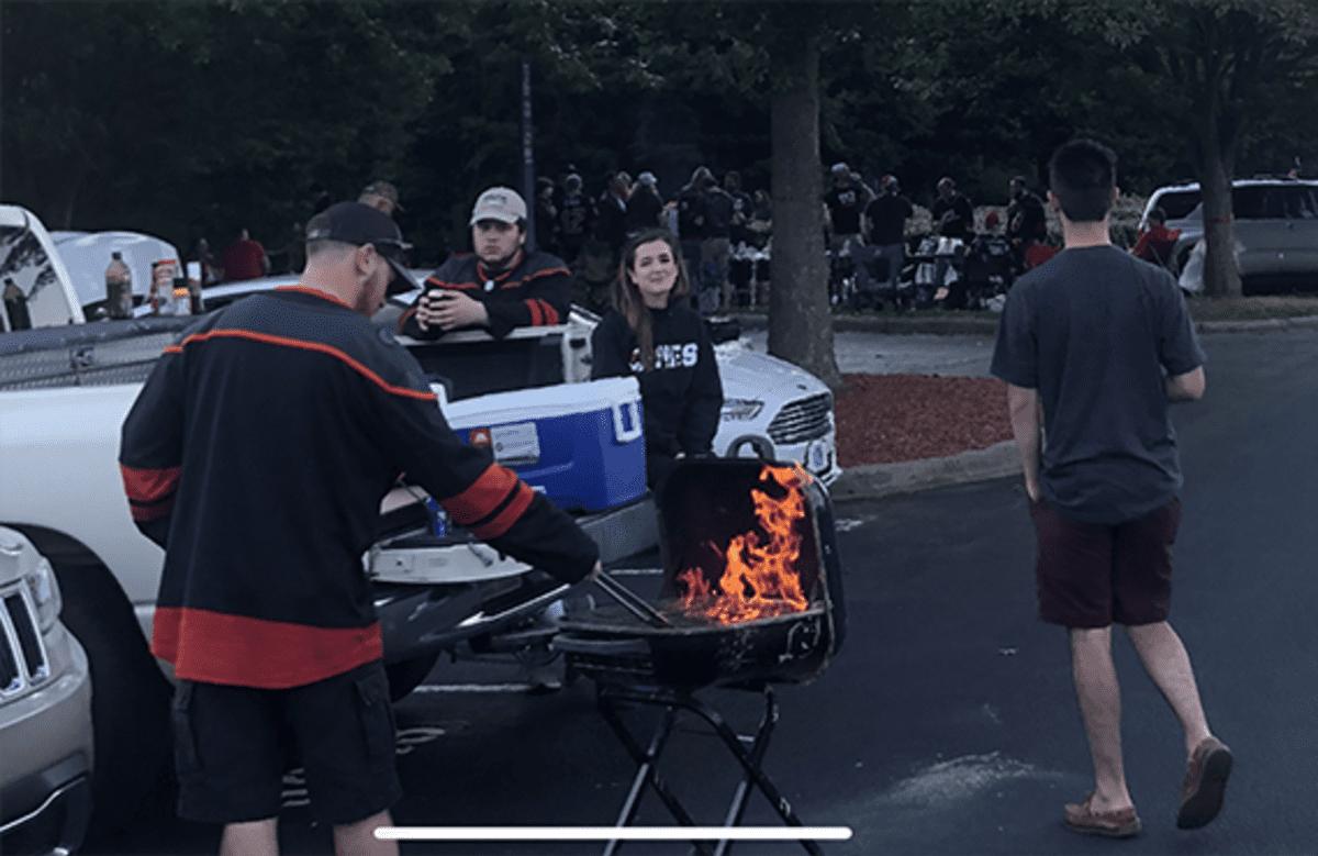 Fanit grillaavat parkkipaikalla