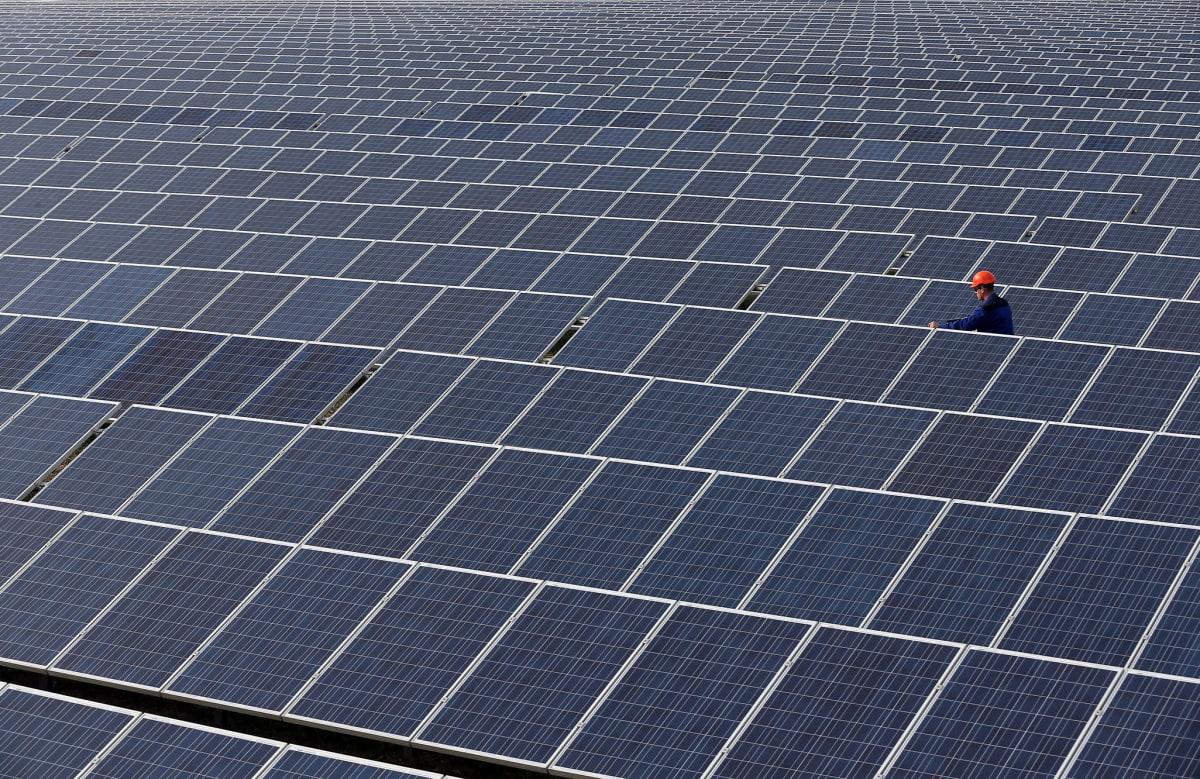 Aurinkopaneeleita Ukrainassa, lähellä Simferopolin kaupunkia 25. maaliskuuta 2014.