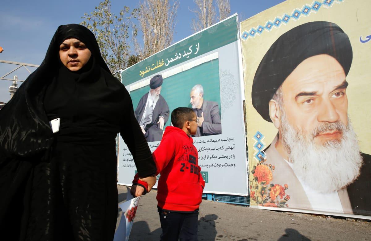 Hallitusta tukeva mielenosoitus Teheranissa