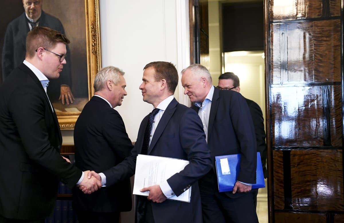 Hallitustunnustelija, SDP:n puheenjohtaja Antti Rinne ja eduskuntaryhmän puheenjohtaja Antti Lindtman vastaanottavat kokoomuksen puheenjohtajan Petteri Orpon ja eduskuntaryhmän puheenjohtajan Kalle Jokinen eduskunnassa.