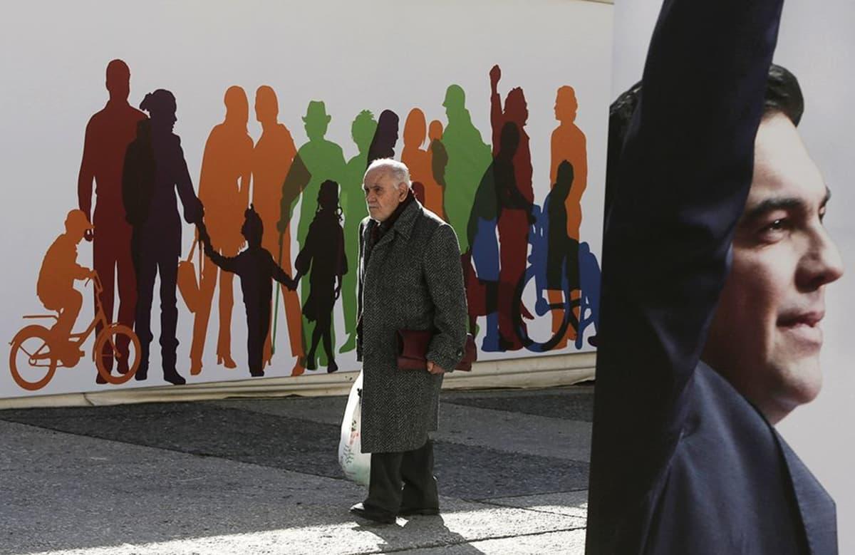 Mies käveli ennakkoäänestyspaikan ohi Ateenassa 14. tammikuuta.