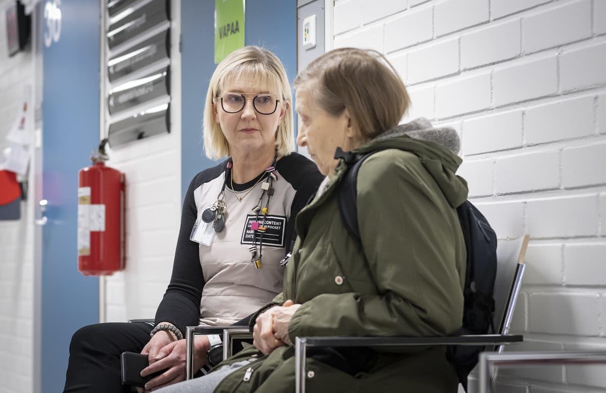 Päivi Mäkelä-Bengs keskustelee Riitta Siiran kanssa Tuusulan terveysasemalla.