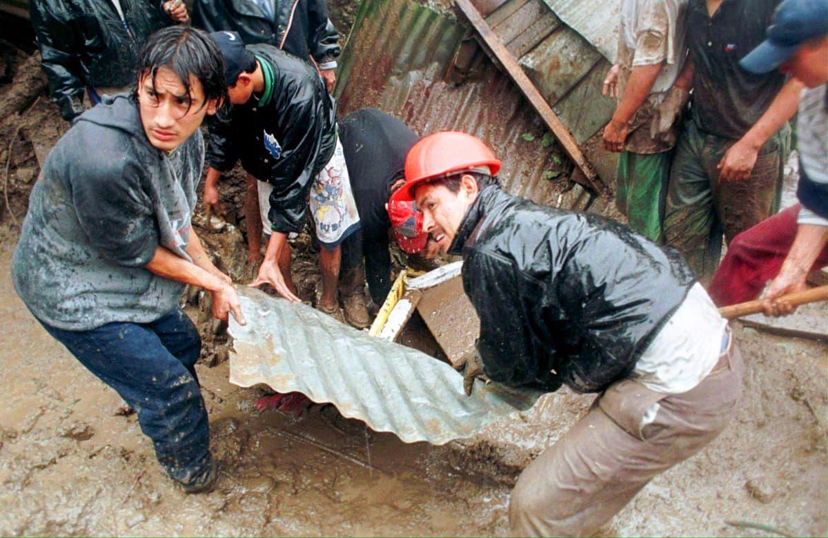 Pelastustöitä luhistuneen talon luona Guatemalassa vuonna 1998.