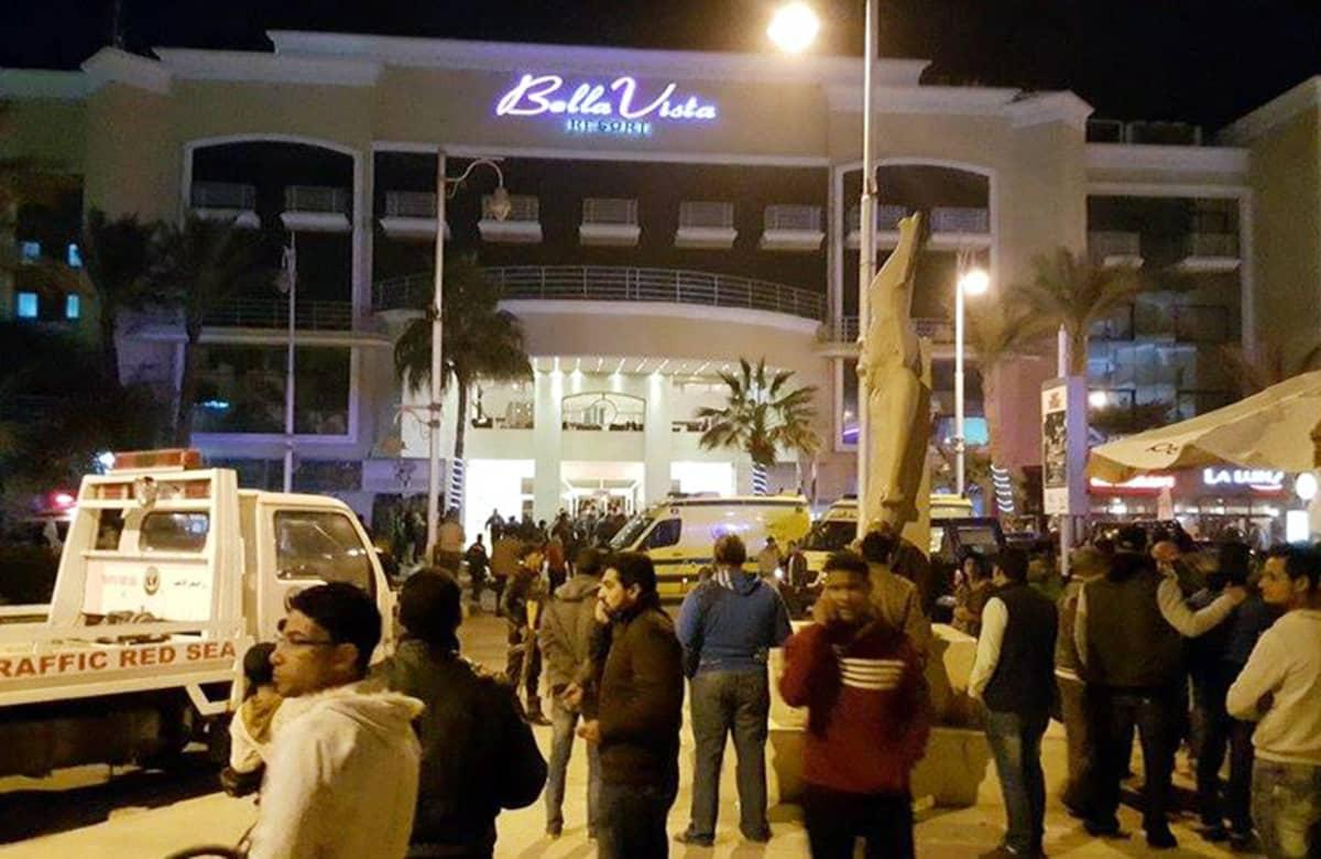 Ihmisiä ja poliiseja Bella Vista hotellin edustalla Hurghadassa perjantaina.