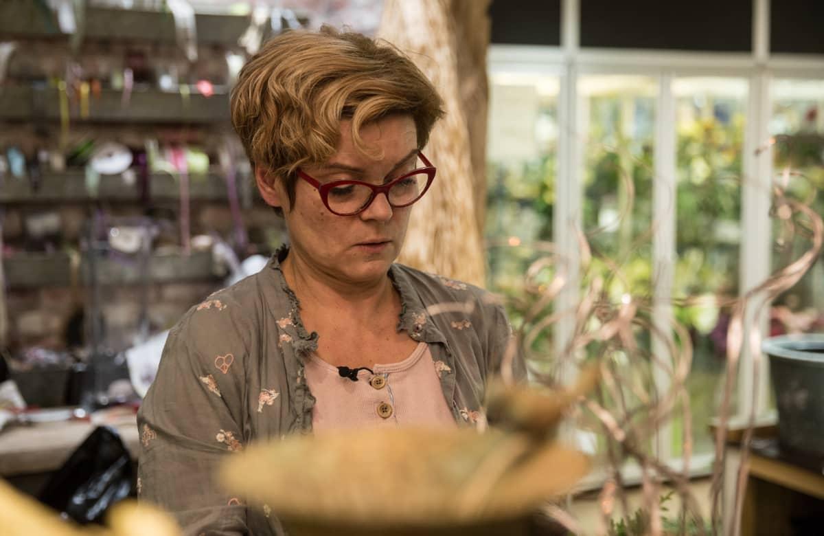 Heidi Saarinen tekee viimeisiä kukkakimppuja.