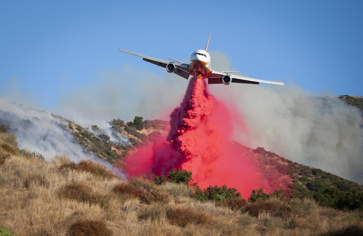 Palonestoainetta levitetään lentokoneesta paloalueelle Yhdysvaltain Kaliforniassa 11. lokakuuta.